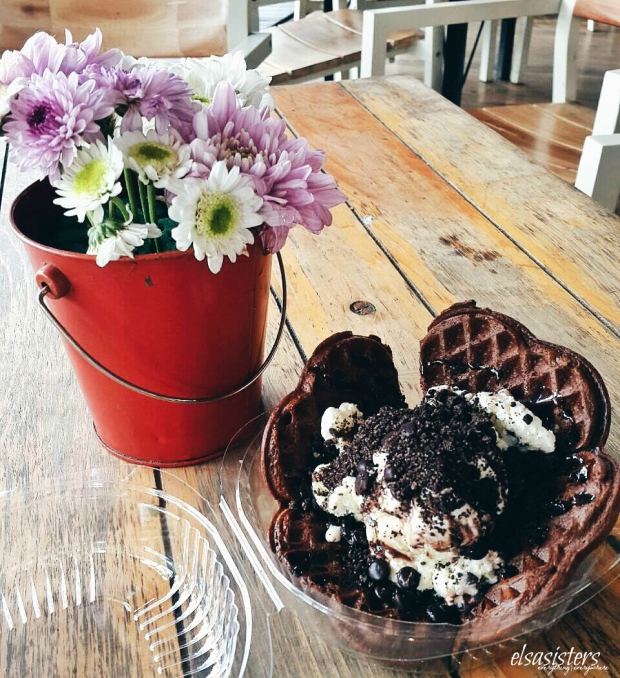 Chocolate Wafer with Vanilla Ice Cream topped with oreo, choc-sauce, and choco chip, 15k (Loffe Waffle)